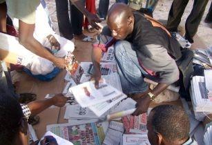 Vendeur de journaux à Dakar by Rignese