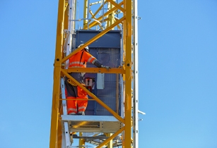 New mast operator lift for Potain top slewing cranes from Manitowoc